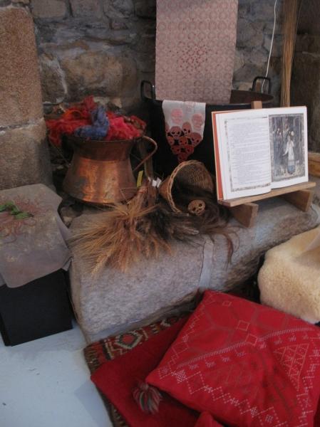 la cheminée de Baba Yaga avec ses laines teintes, ses crânes en tête de mort, son tissu lumineux, ses chaudrons en cuivre, ses blés anciens...